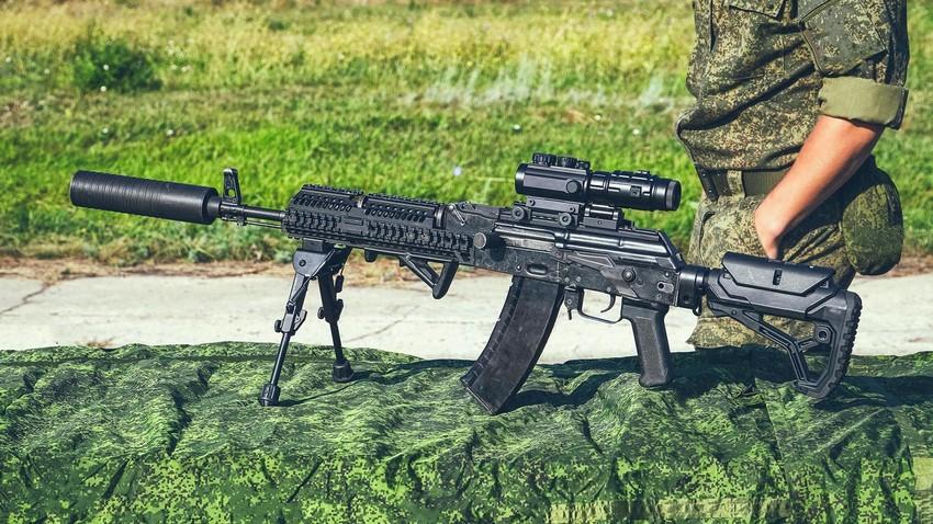 Модификована верзија аутоматске пушке АК-47 са предњим ножицама (биподом) и тактичким додацима, као што су оптички нишан и пригушивач
