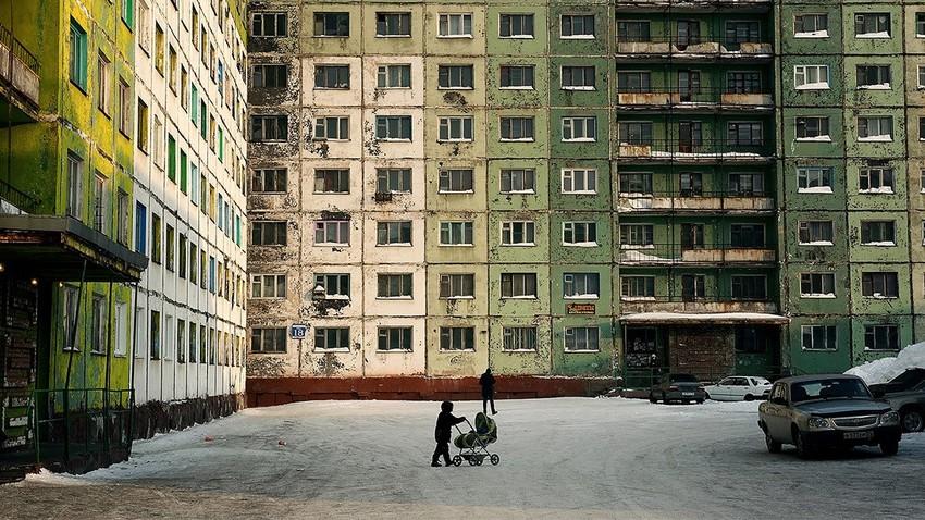Bloki so v Norilsku tesno drug ob drugem, da preprečijo vstop močnim vetrovom v stanovanjske četrti; iz serije fotografij Dnevi noči - Noči dni