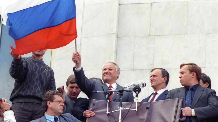ホワイトハウス前で市民とともに反クーデターの勝利を祝うロシア共和国の大統領ボリス・エリツィン