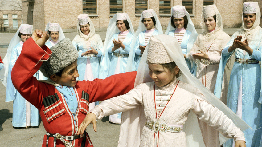 Des jeunes ossètes interprètent une danse folklorique.