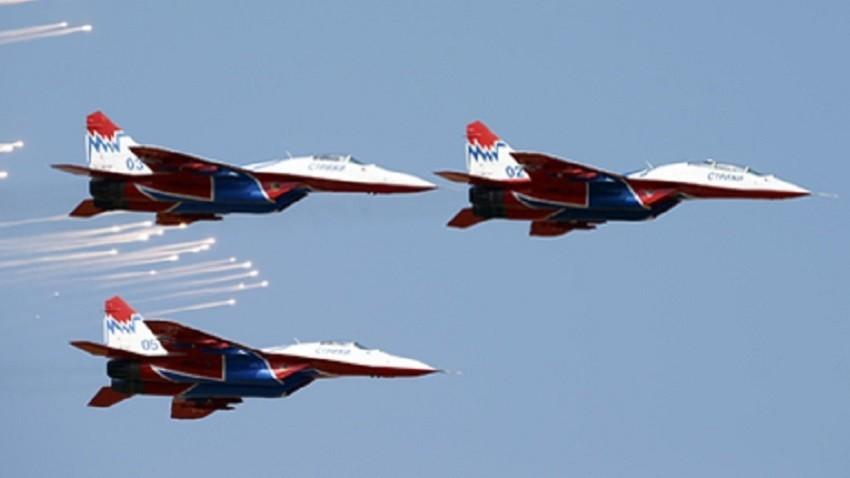 """Akrobatska grupa """"Striži""""  na avionima MiG-29"""