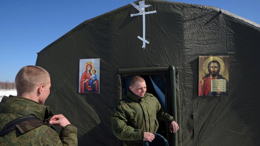 Војници излазе из мобилног храма постављеног на месту десанта.