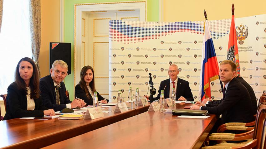 Ministro dos Esportes russo Oleg Matytsin (centro)