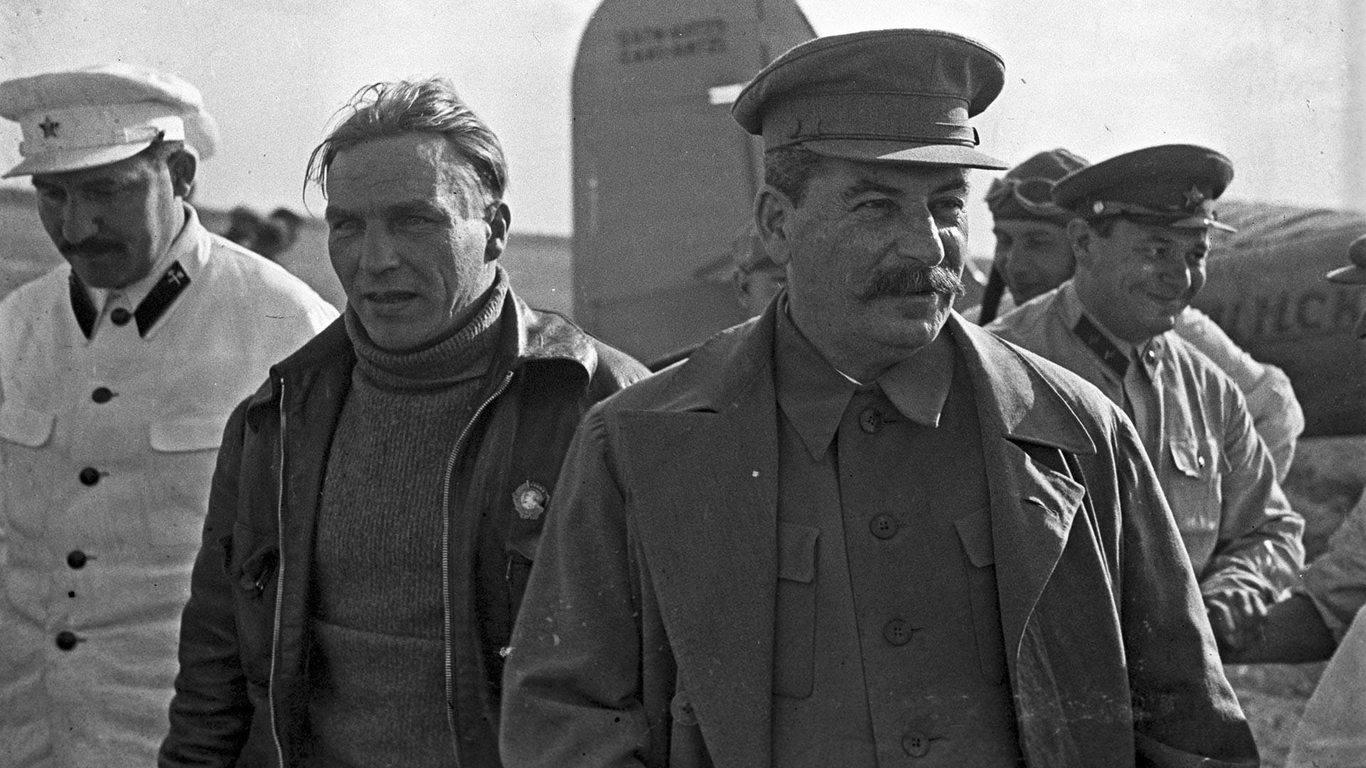 Generalni sekretar CK RSFSR Josif Stalin s članom Politbiroja Lazarjem Kaganovičem med sprejemom sovjetskega poskusnega pilota Valerija Čkalova (v sredini) na Ščolkovskem letališču, 10. avgusta 1936