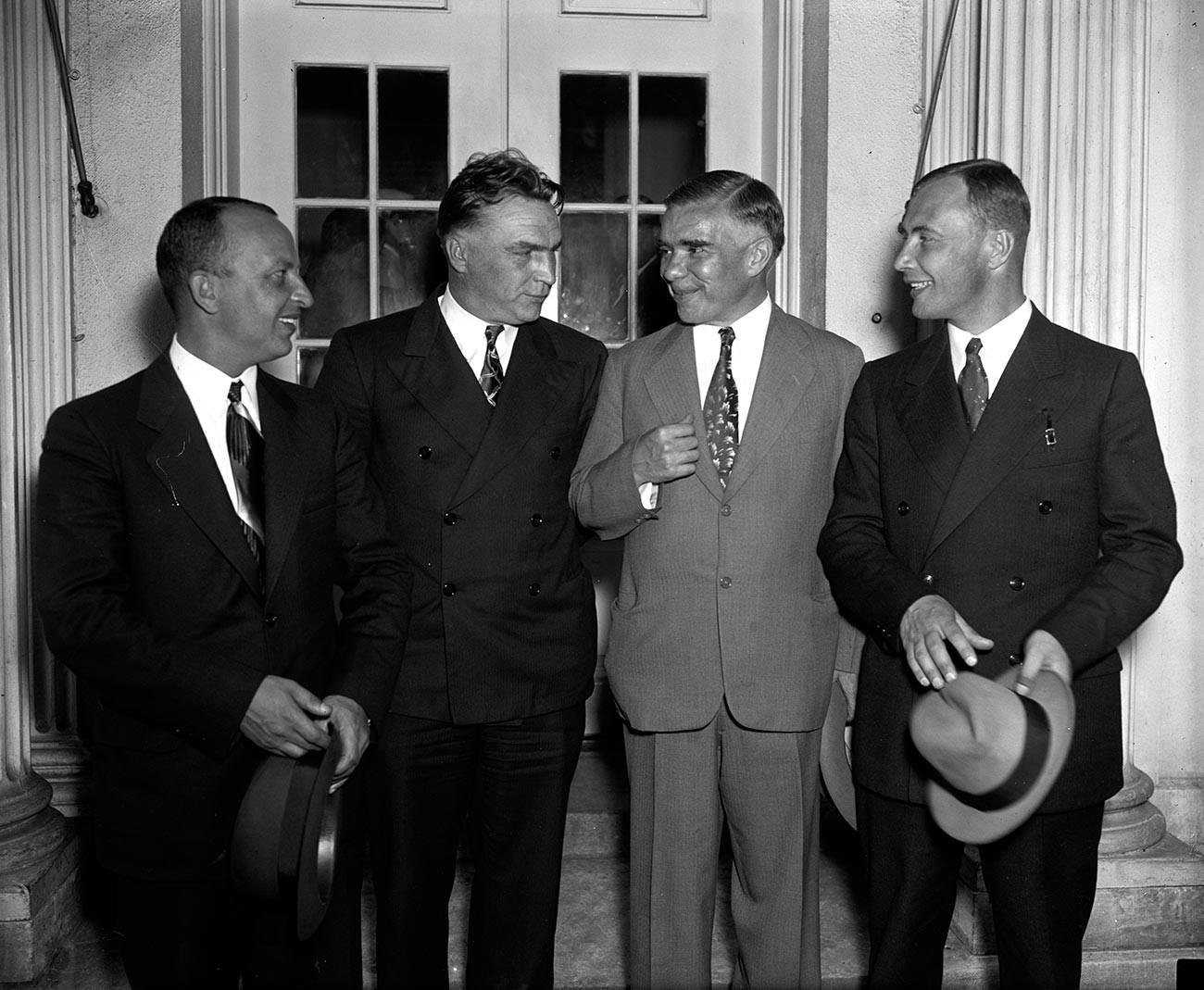 Bajdukov, Čkalov in Beljakov v družbi sovjetskega veleposlanika v ZDA Trojanovskega po sprejemu pri ameriškem predsedniku Rooseveltu v Beli hiši 28. junija 1937
