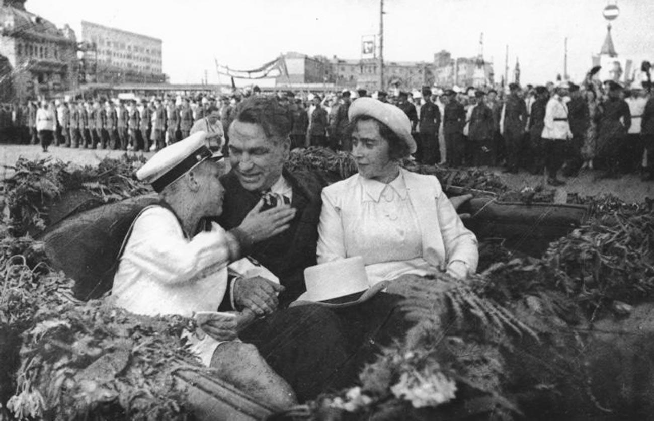 Valerij Čkalov z ženo in sinom na trgu pred Belorusko železniško postajo v Moskvi