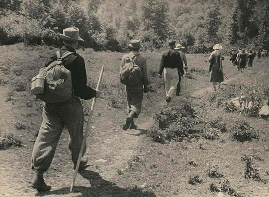 Turistas en el camino Voenno-Sujumskaya