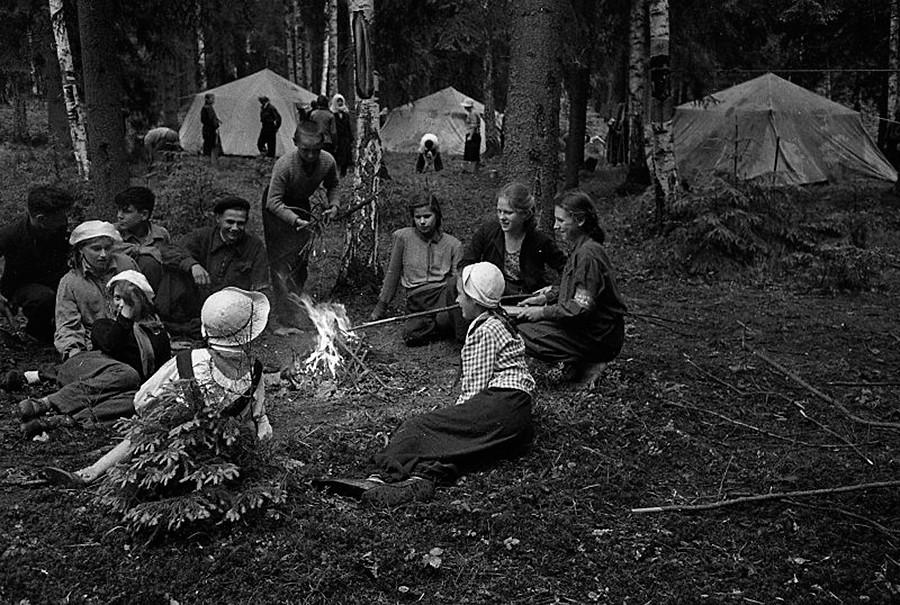 Pioneros en el campo Zelenya Gavan, 1949