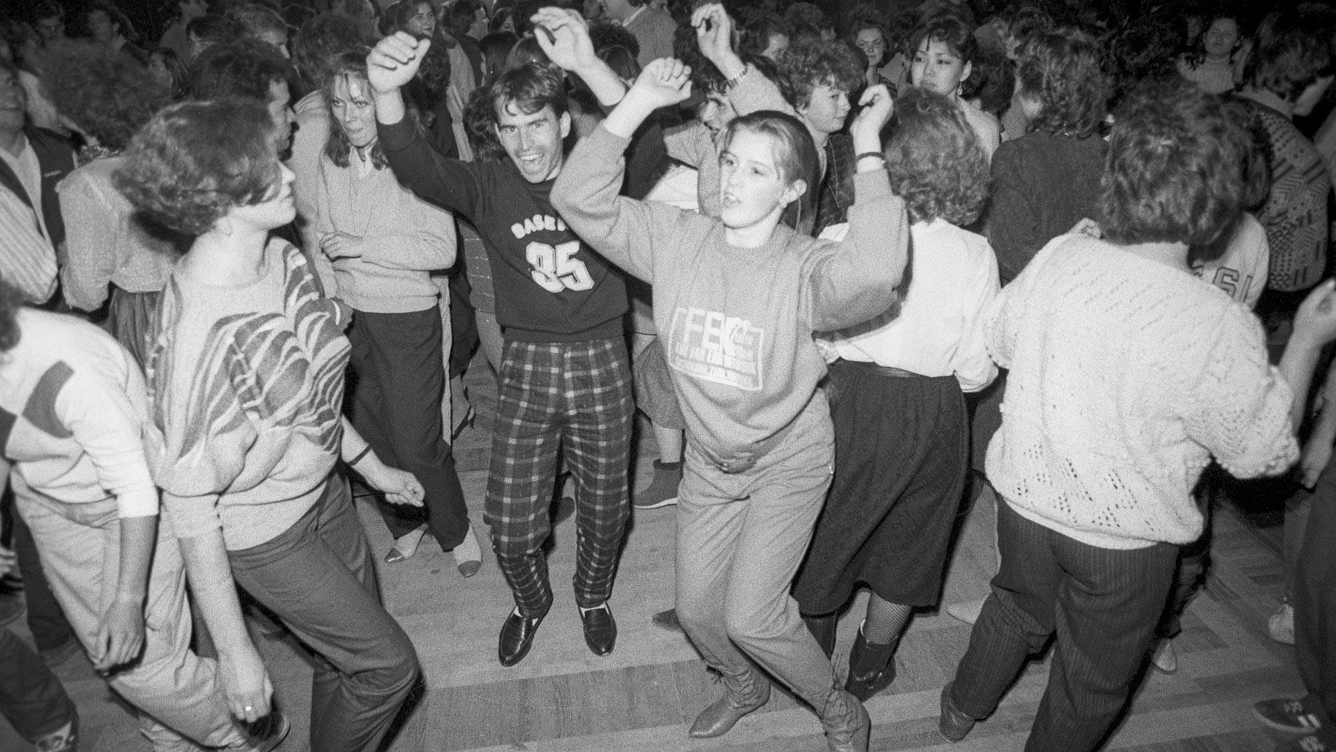 """Младината од московските претпријатија, членка на Друштвото за советско-бугарско пријателство и учесници на бугарското културно-уметничко друштво """"Шумен"""" во дискотека во паркот """"Горки""""."""