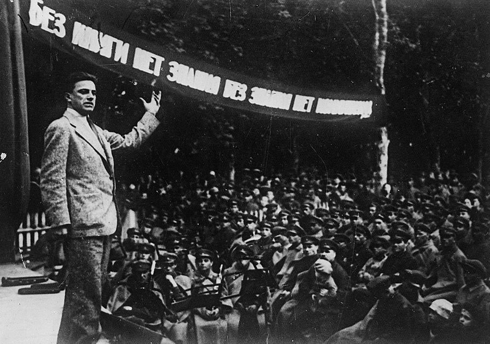 Vladímir Maiakóvski se apresenta diante do soldado Exército Vermelho, em 1929.