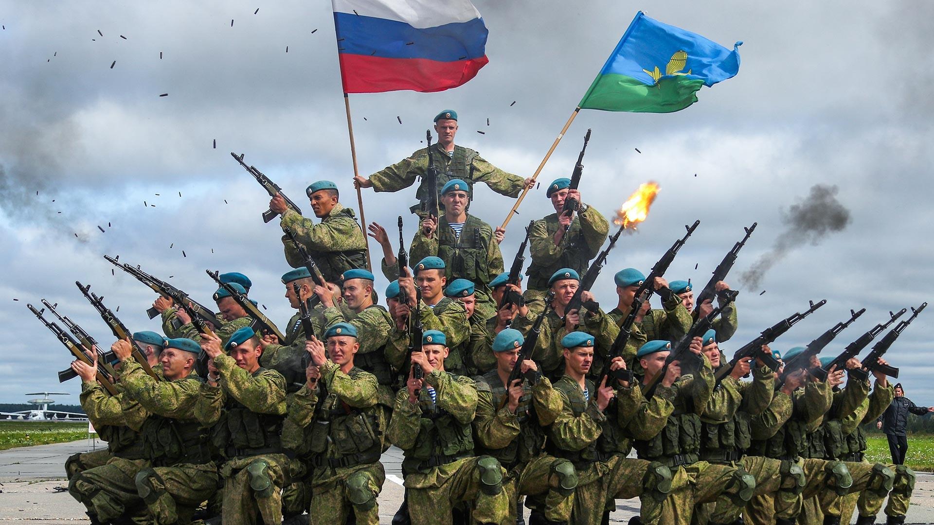 """Des militaires de la 98e division aéroportée lors du festival militaire patriotique """"Ciel ouvert 2019"""" à l'aérodrome Severny"""
