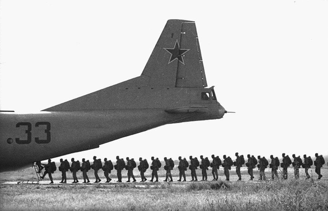 Parachutistes avant le décollage