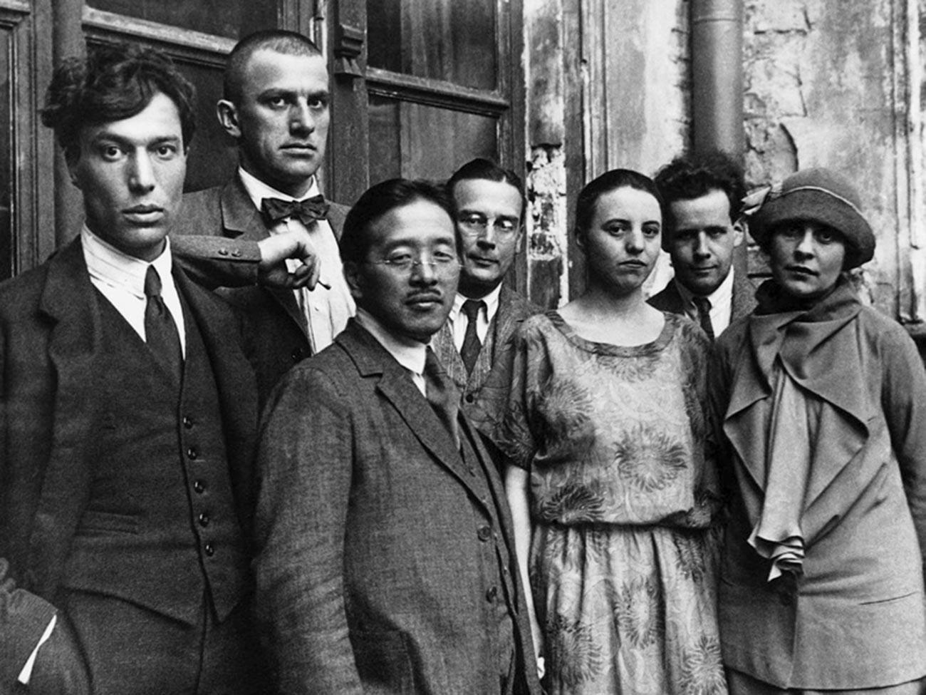 Od leve proti desni: Boris Pasternak, Vladimir Majakovski, Tamizi Naito, diplomat Arsenij Voznesenski, Olga Tretjakova, Sergej Eisenstein, Lilja Brik.