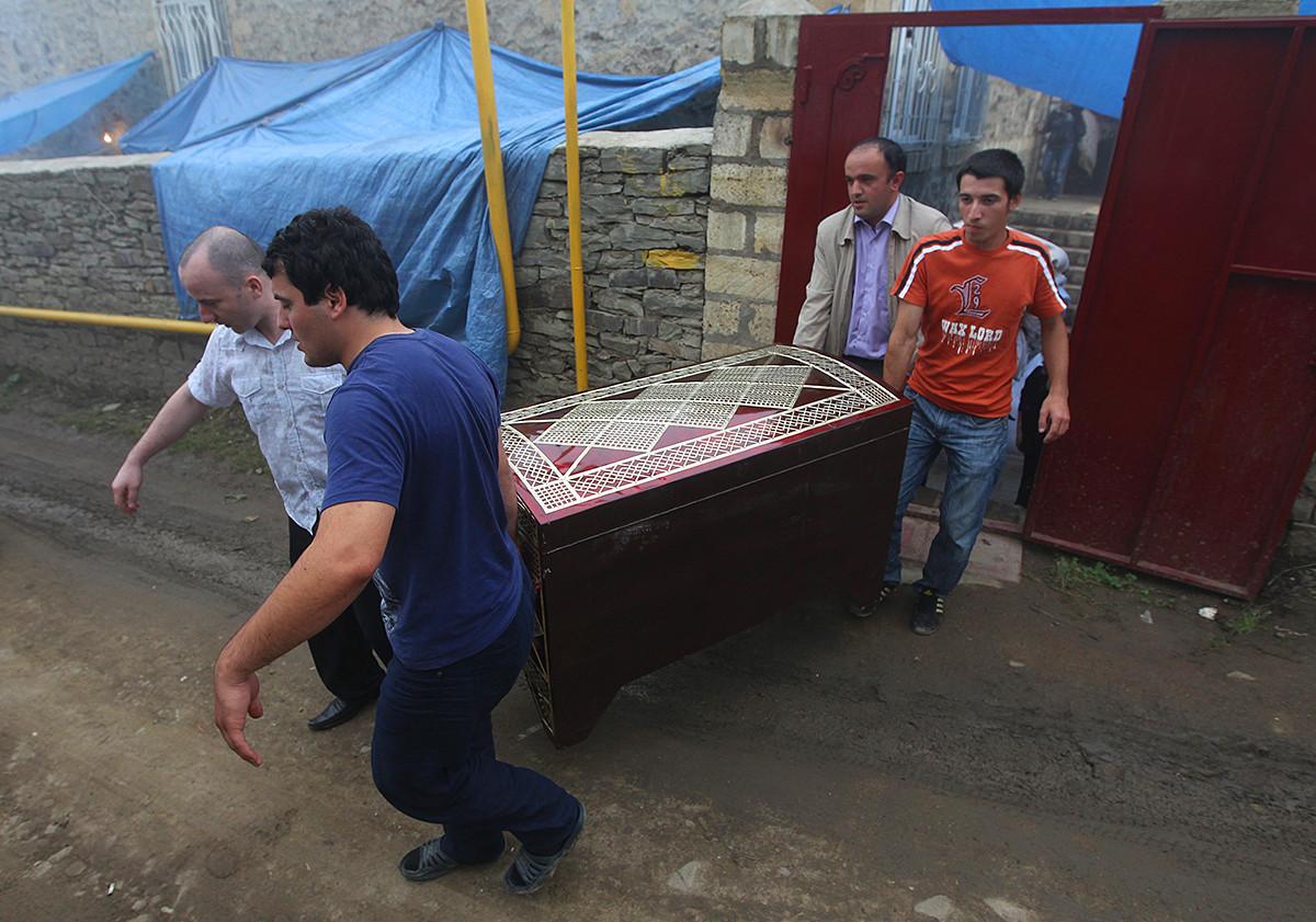 Родственники невесты несут сундук с приданным в дом жениха во время празднования свадьбы в поселке Кубачи.