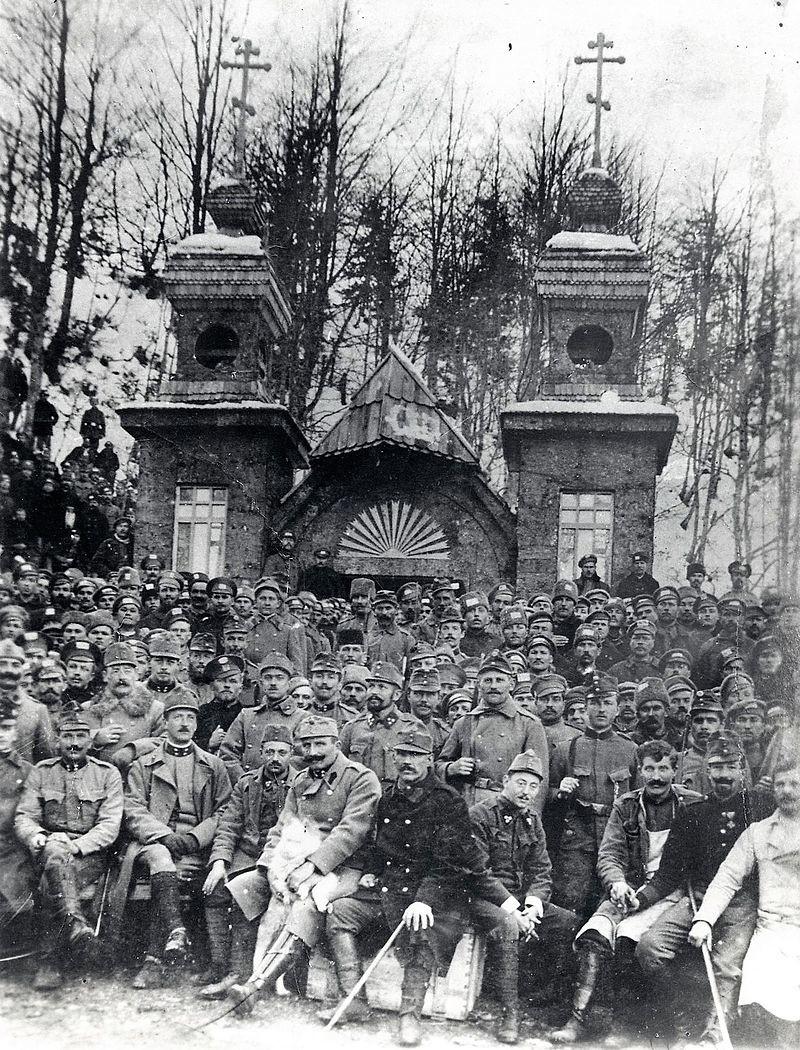 Ruski vojni ujetniki in avstrijski stražarji pred kapelico leta 1916