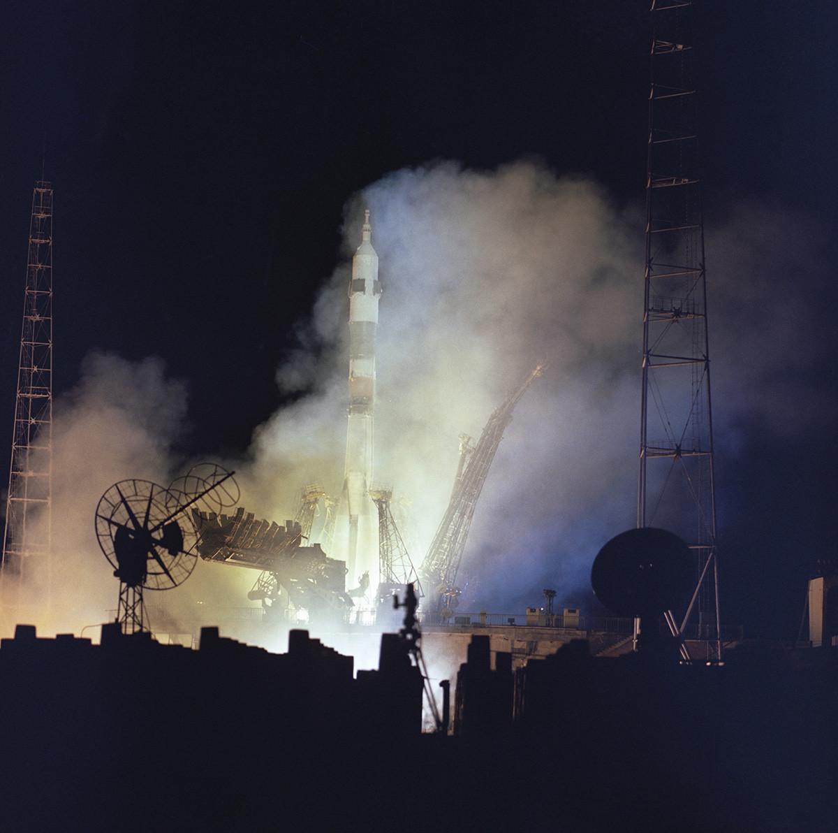 Казахстан. Кызылординская область. 14 октября 1976 г. Ночной старт ракеты-носителя с космическим кораблем