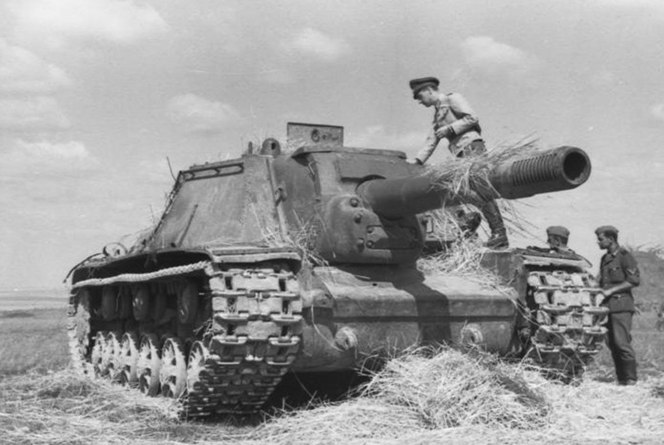 Немачки војници разгледају совјетско самоходно артиљеријско оруђе СУ-152.