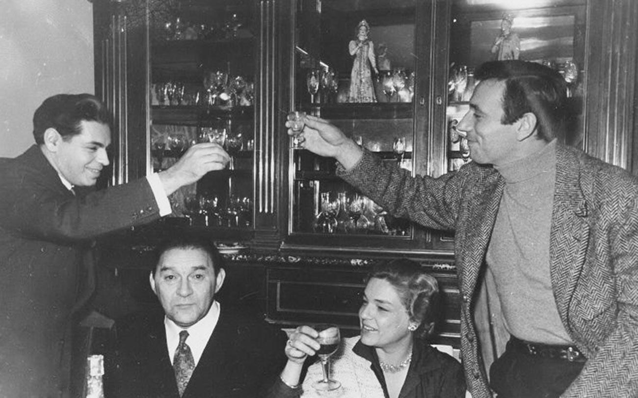 Auf dem Foto feiern Montand und Signoret mit den legendären sowjetischen Darstellern, dem Komiker Arkadij Raikin und dem Sänger Leonid Utjossow.