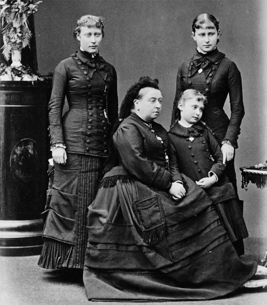 La reine Victoria avec ses petites-filles, les princesses Victoria (à gauche), Élisabeth (à doite) et la princesse Alice la tenant par la main.