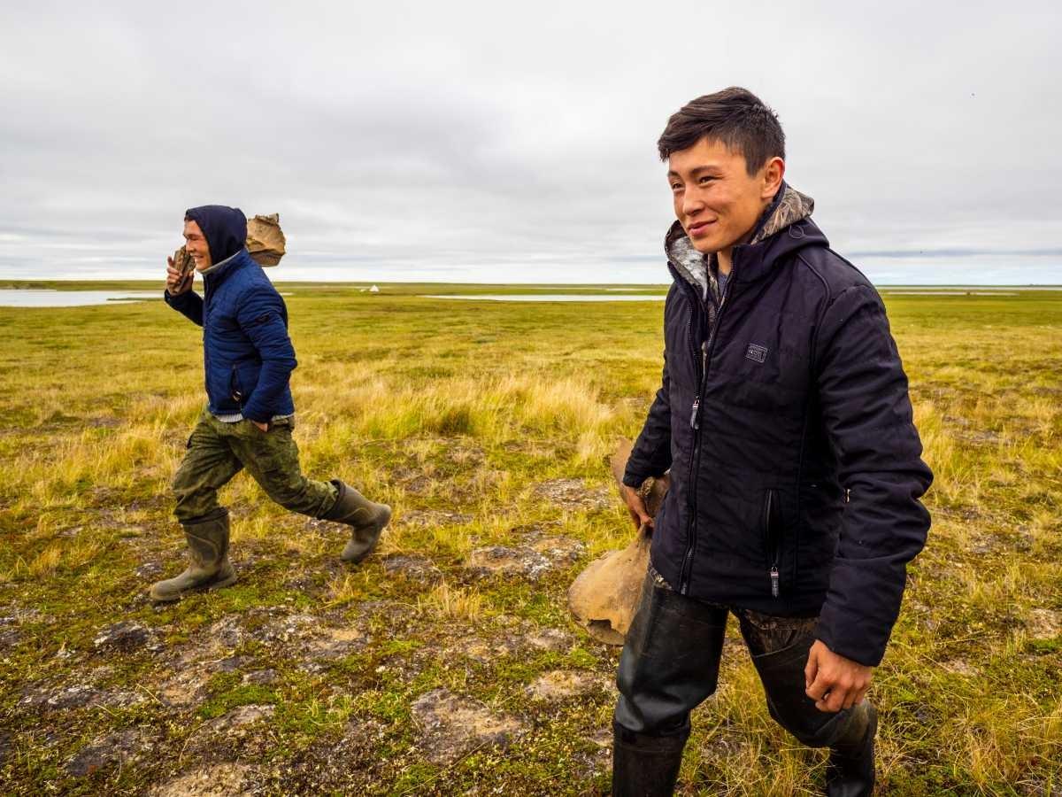 Konstantin Tadibé et son frère lors des fouilles