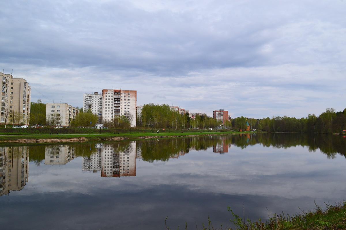 Во околината на Саров: реката Саровка, меѓу десниот брег и Бесарабенковата улица, Саров, Нижегородска област.