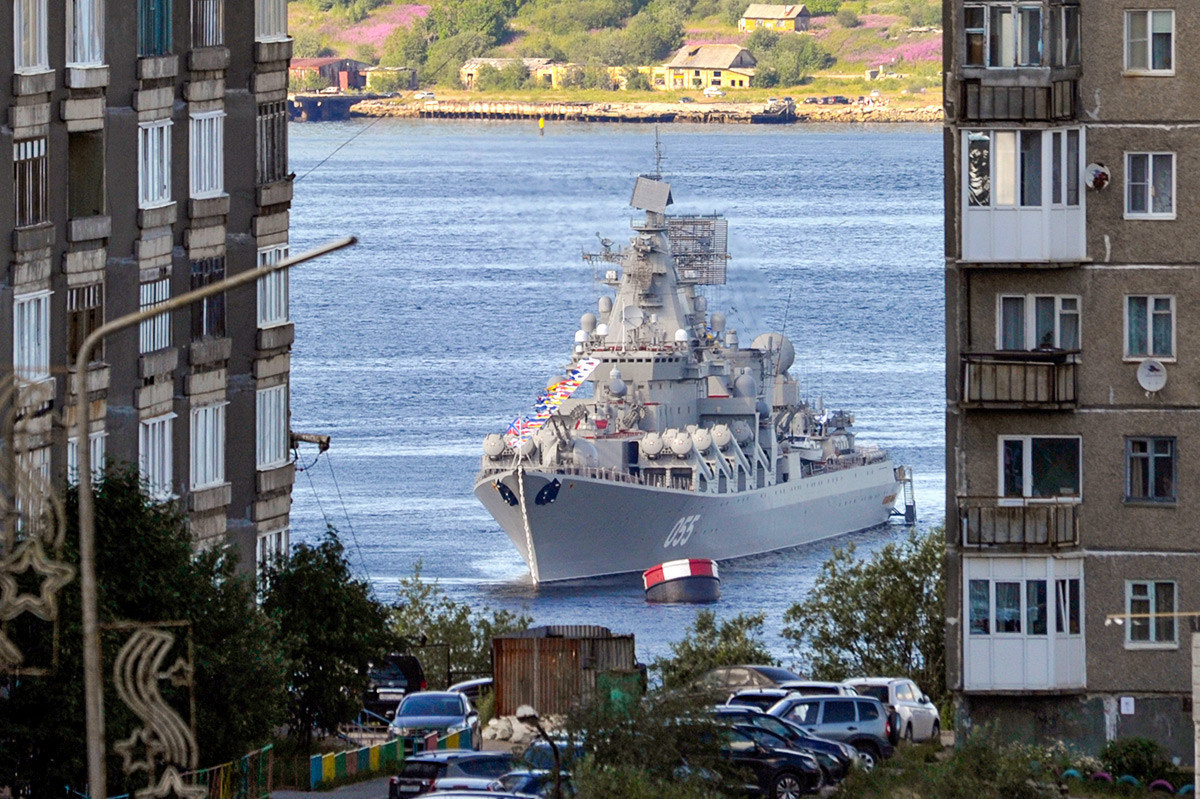 """Русија, Североморск. Ракетен крстосувач """"Маршал Устинов"""" за време на прославата на Денот на Воената морнарица на Русија."""