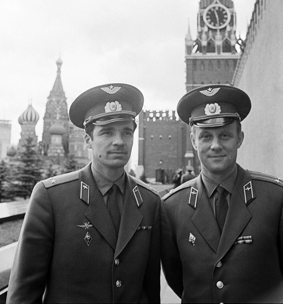 Awak Soyuz-23, Vyacheslav Zudov dan Valery Rozhdestvensky, sebelum meluncur ke ruang angkasa di Lapangan Merah, Moskow.