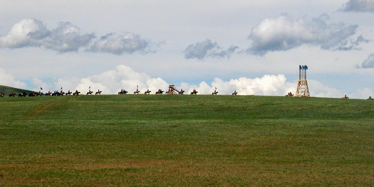 Rekonstruksi kontemporer formasi tentara Mongol ketika dalam perjalanan.
