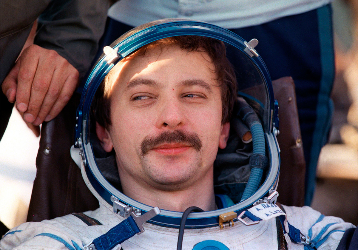Cosmonauta Aleksandr Lazutkin após pouso, 1997