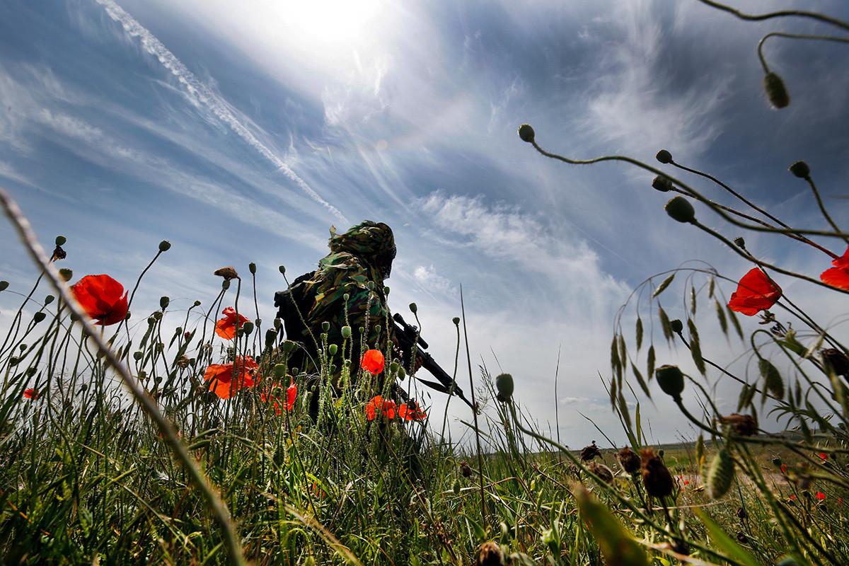 Снајпериста мотострељачке јединице 8. комбиноване армије Јужног војног округа Русије на специјалној тактичкој вежби. Кадамовски полигон, Ростовска област, Русија, 22. јун 2017.