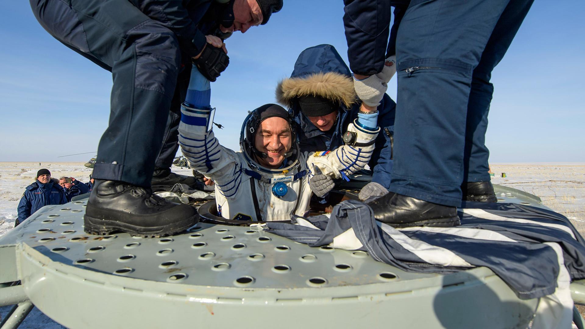 Ruskom kozmonautu Aleksandru Skvorcovu pomažu pri izlasku iz svemirske letjelice Sojuz MS-13, samo nekoliko minuta nakon slijetanja u kazahstansku stepu u blizini grada Džezkazgana. 6. veljače 2020. godine.
