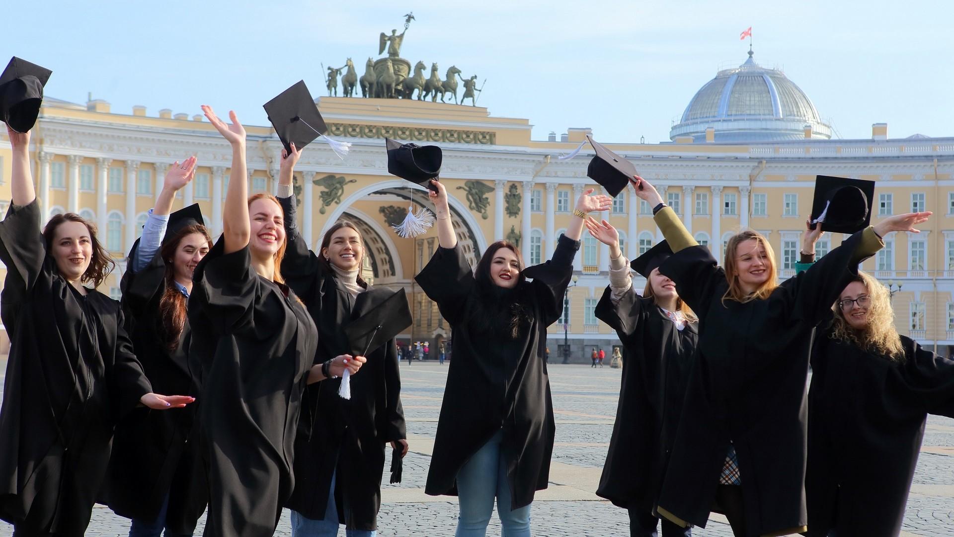 Des étudiantes sur la place du Palais, à Saint-Pétersbourg