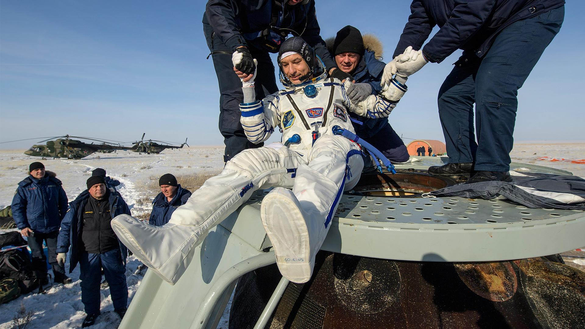 "Астронаут Лука Пармитано уз помоћ спасилаца излази из капсуле брода ""Сојуз МС-13"" само неколико минута након што су он, астронаут агенције НАСА Кристина Кох и космонаут Роскосмоса Александар Скворцов спустили капсулу близу града Жезказган у Казахстану, 6. фебруар 2020."