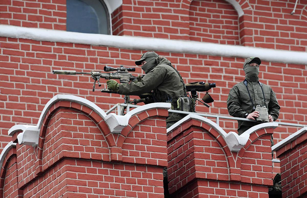 Snajperisti na zidinama Moskovskog kremlja prije generalne probe vojne parade na Crvenom trgu povodom 73. godišnjice pobjede u Drugom svjetskom ratu. 6. svibnja 2018.