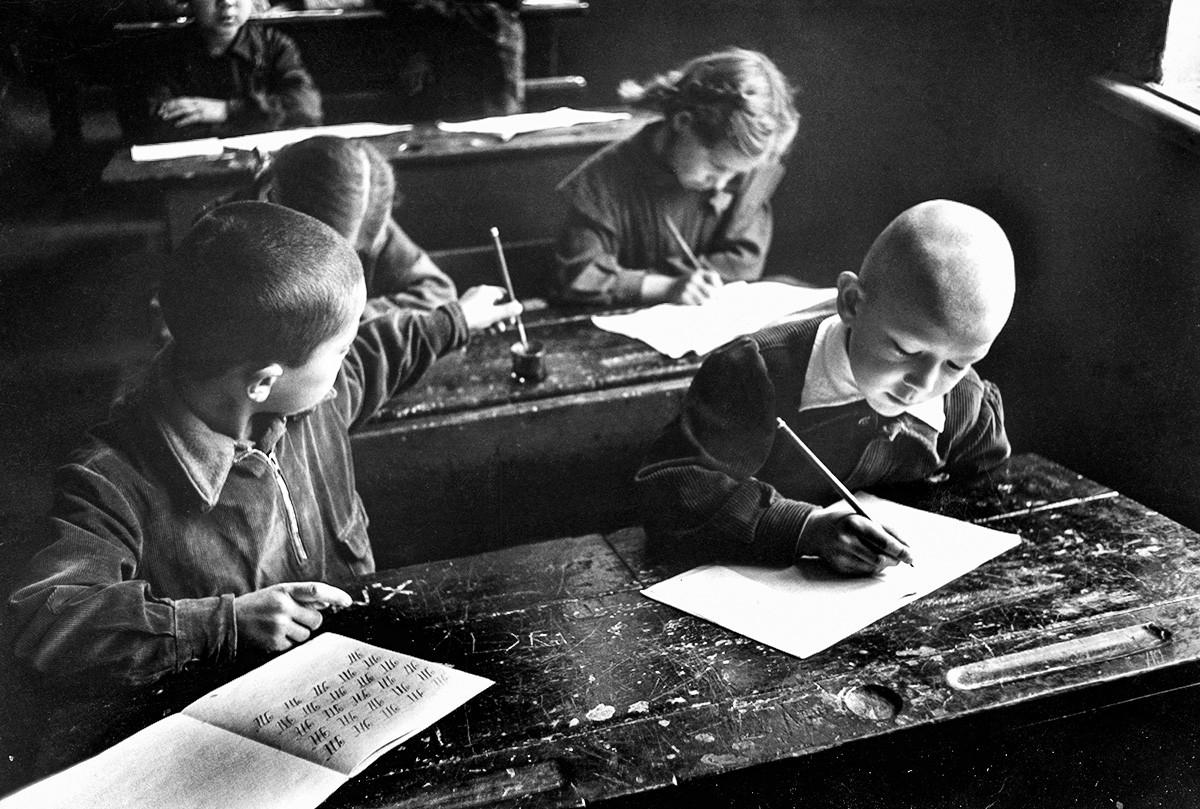 読書基礎を学ぶソ連生徒たち