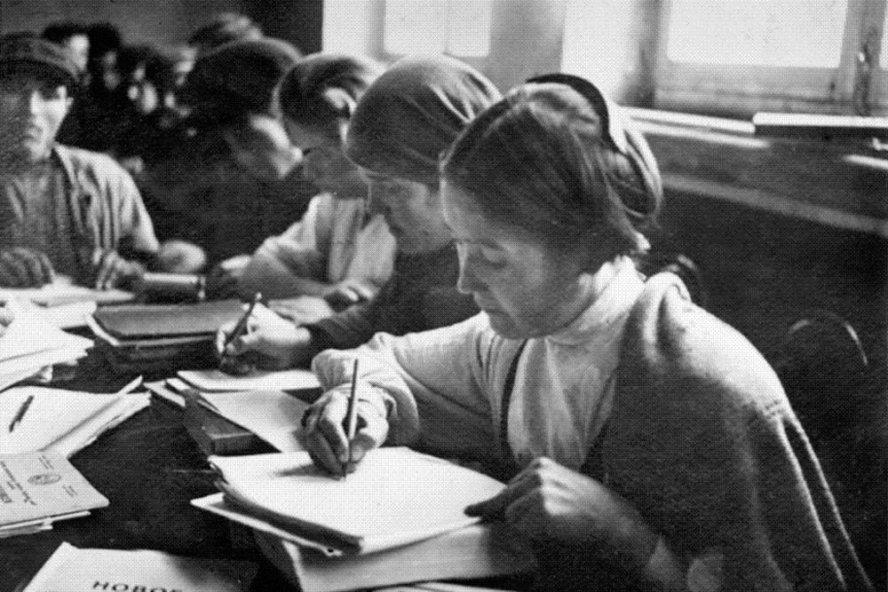 チェボクサル市で行われた読み書き基礎の授業、1930年代
