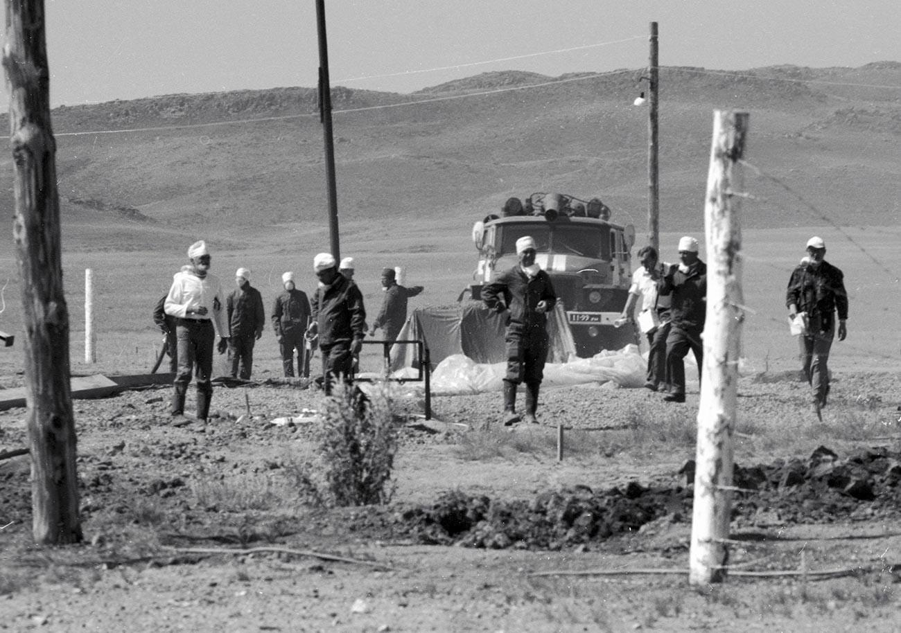 Дозиметристы проводят замеры на Семипалатинском полигоне после испытания ядерного оружия.