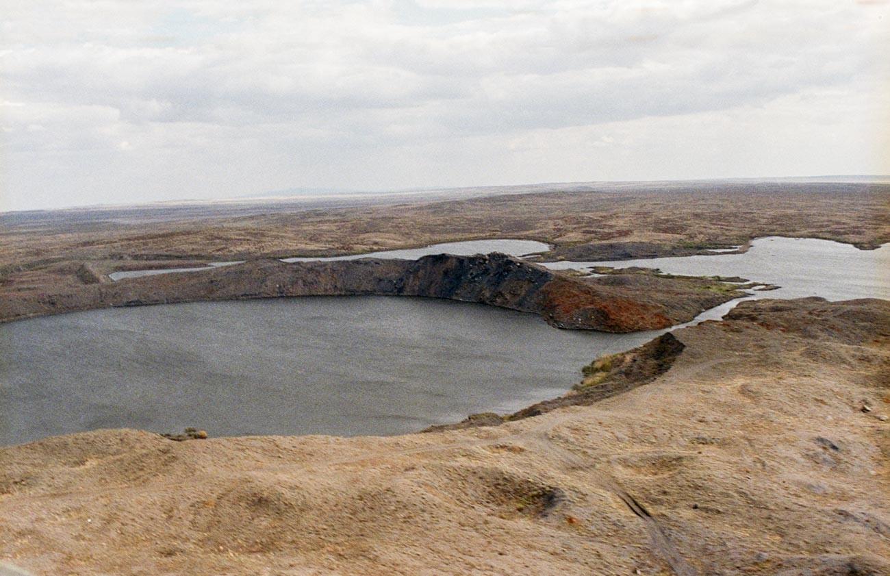 Воронка, заполненная водой, после атомного взрыва 1965 года.
