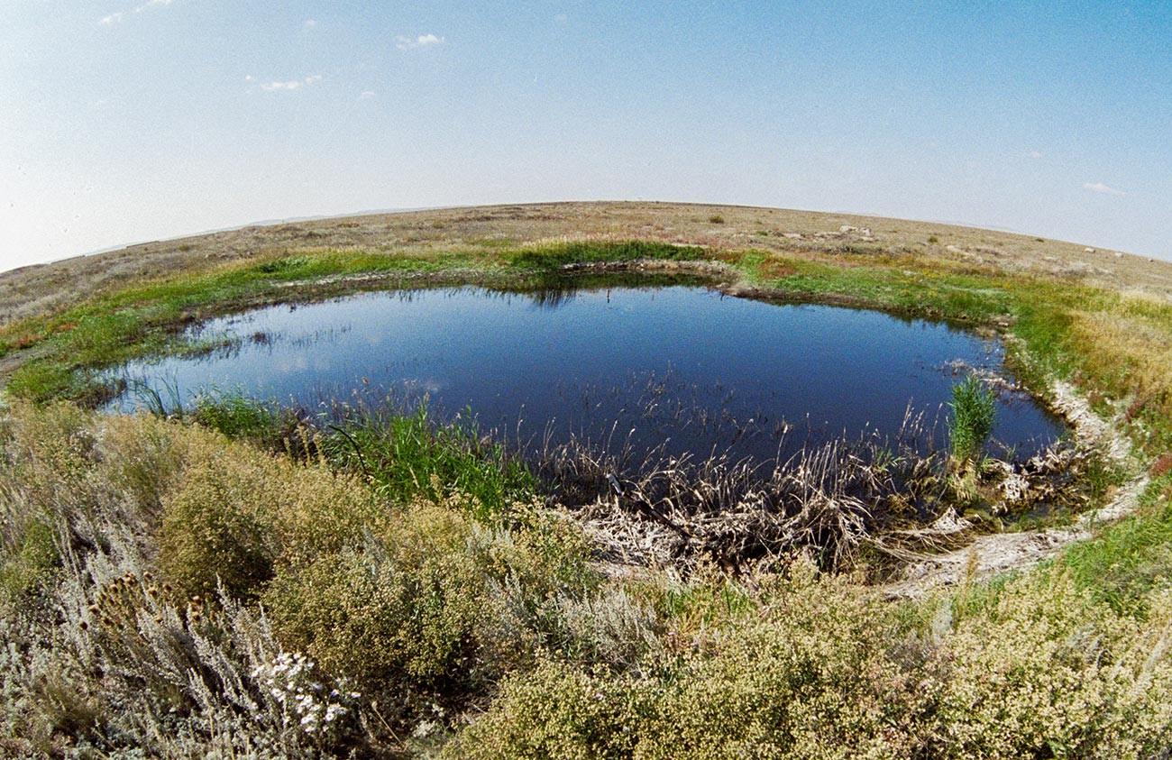 Озеро на месте первого наземного ядерного взрыва на Семипалатинском полигоне.