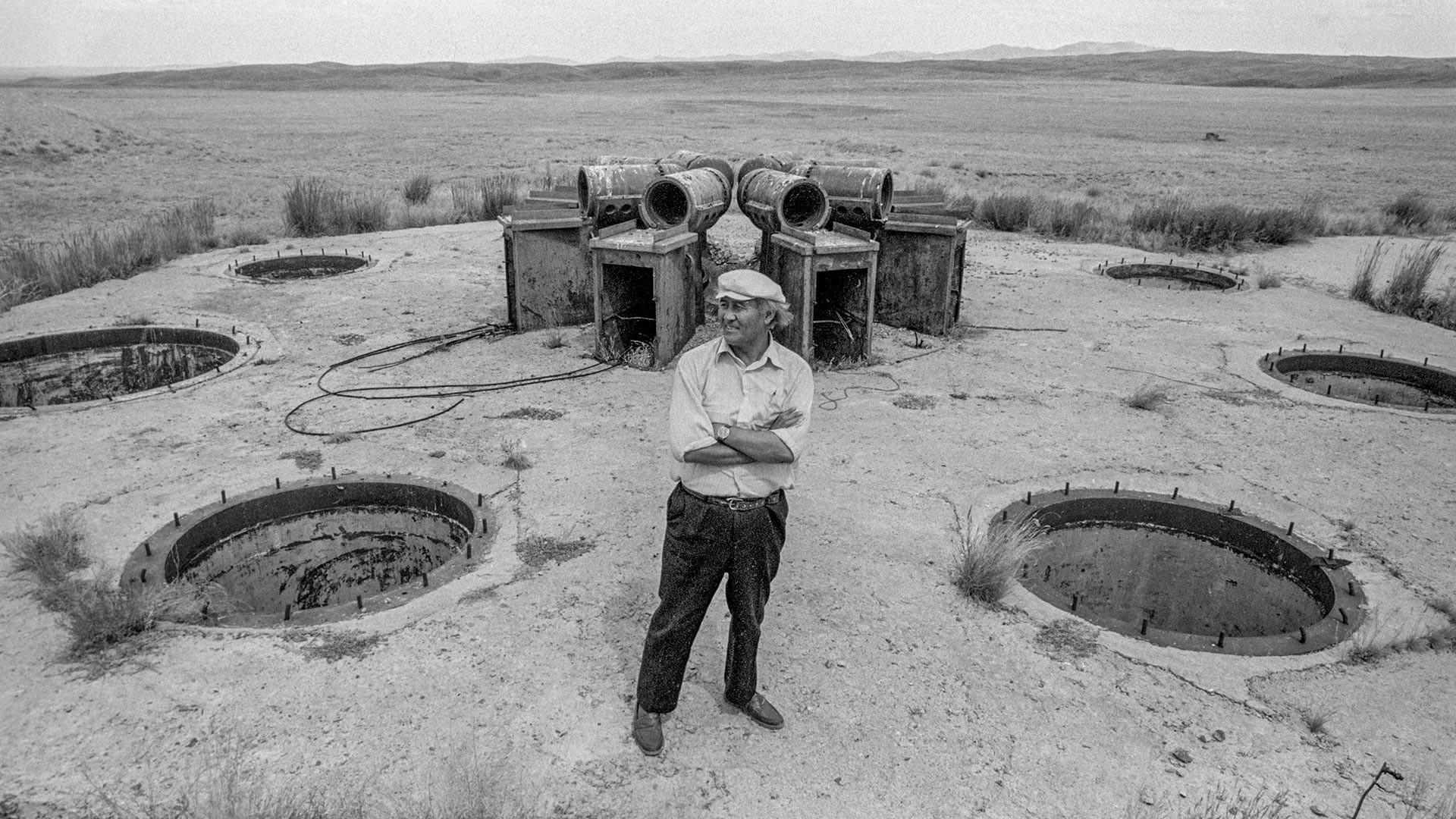 Местный житель у одной из заброшенных шахт, где проводились ядерные испытания.