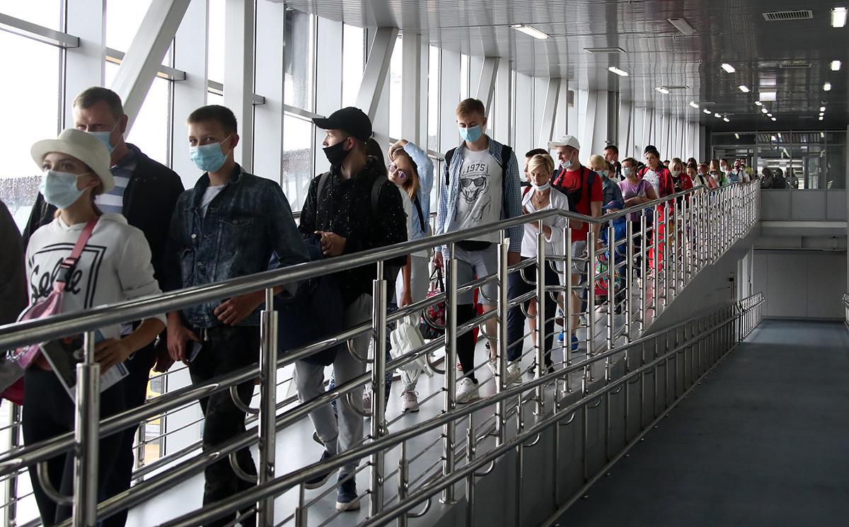 Rusija. Soči. Potniki na mestnem letališču.