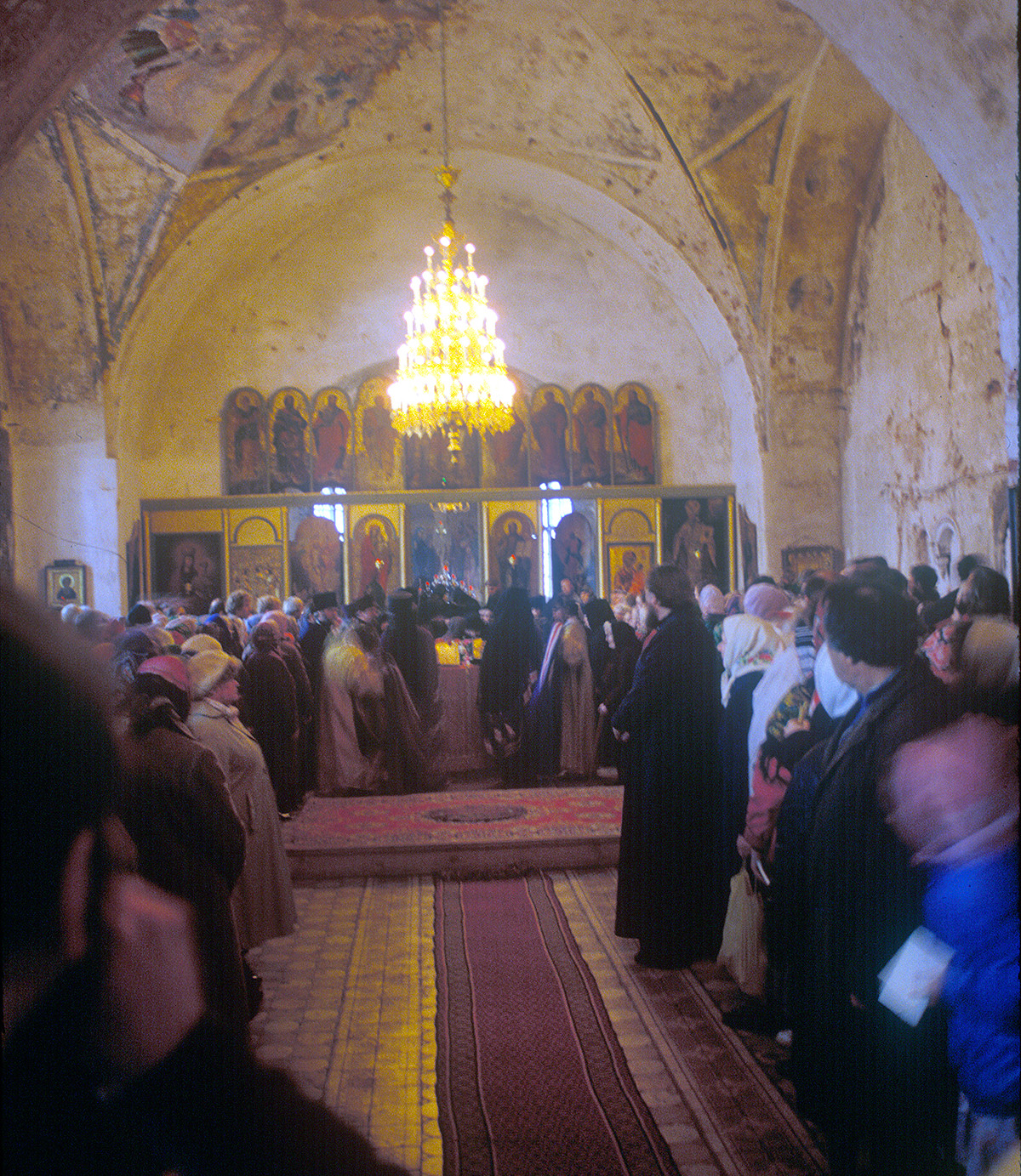 Church of St. Yakov. Interior. View east during liturgy. October 4, 1992 (a few months after return of damaged structure to Orthodox Church)