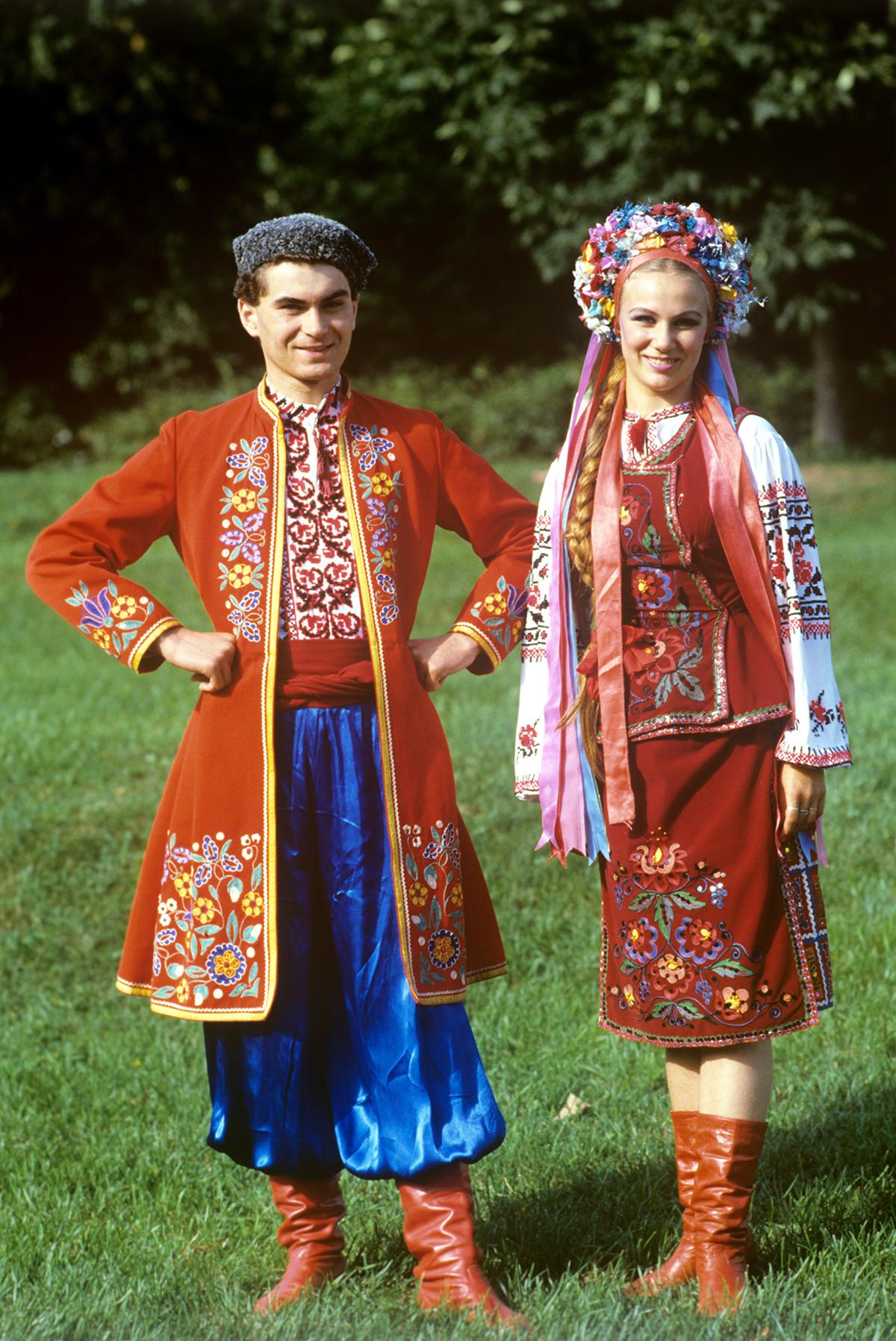 Artistes de l'ensemble folklorique « Iounost »  en costumes ukrainiens, 1988