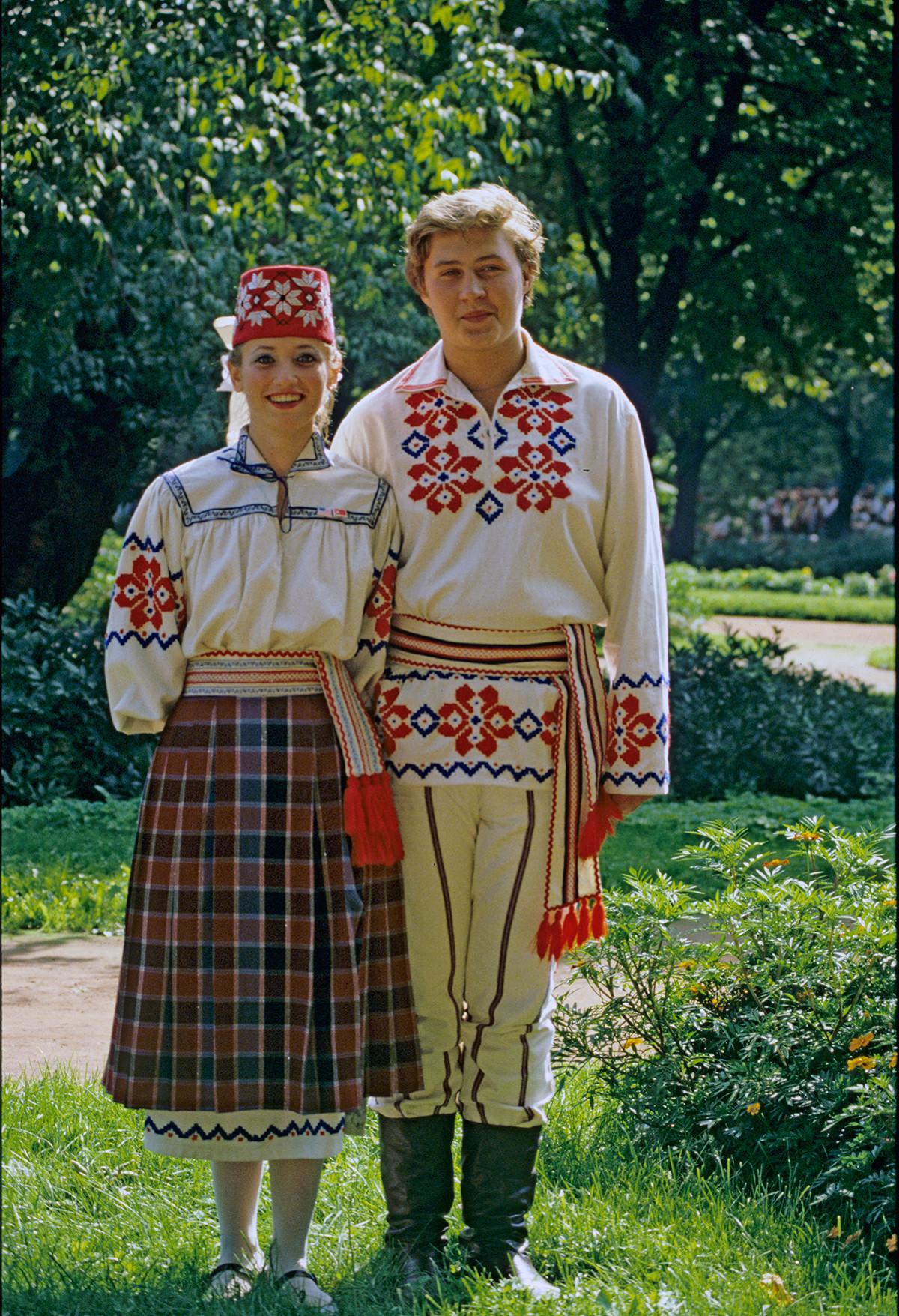 Artistes de l'ensemble vocal et chorégraphique « Lidtchanka » en costumes biélorusses, 1988