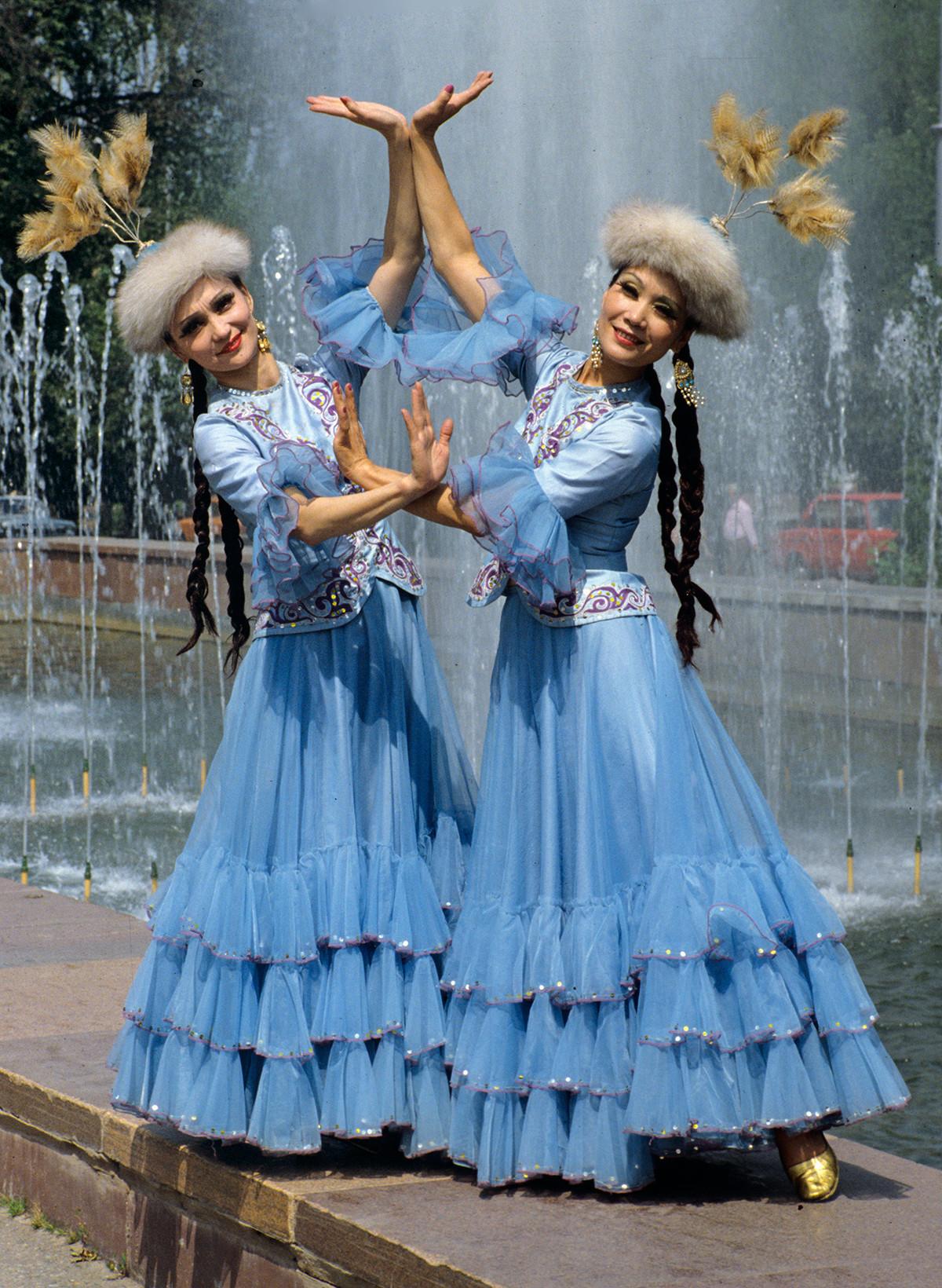 Solistes de l'Ensemble d'État de chant et de danse du Kazakhstan en costumes nationaux, 1989