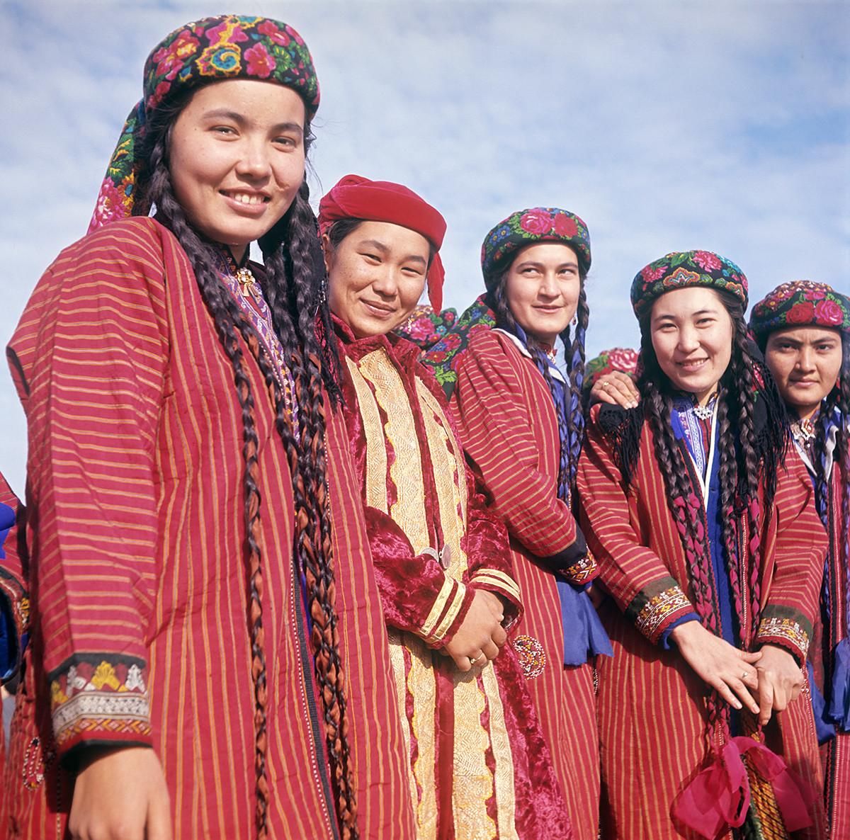 Fête annuelle de la moisson « Pakhta-Baïram ». De jeunes kolkhoziennes en costumes