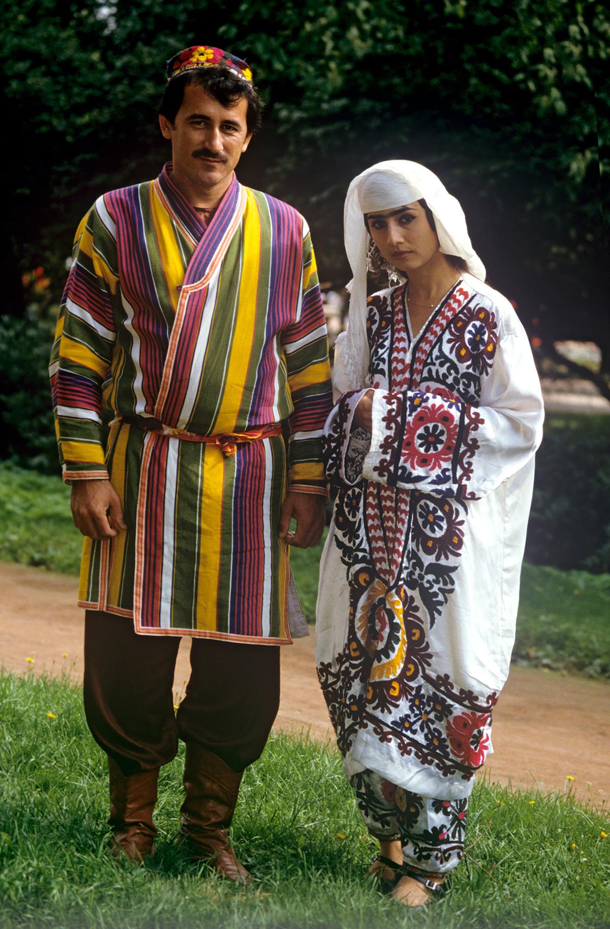 Artistes de l'ensemble vocal et chorégraphique « Gounia » en costumes tadjiks, 1988