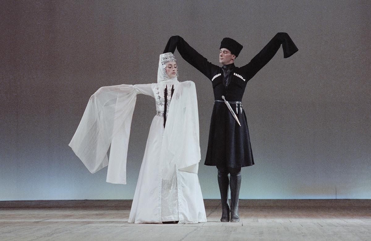 Ensemble traditionnelle « Nino », 1990