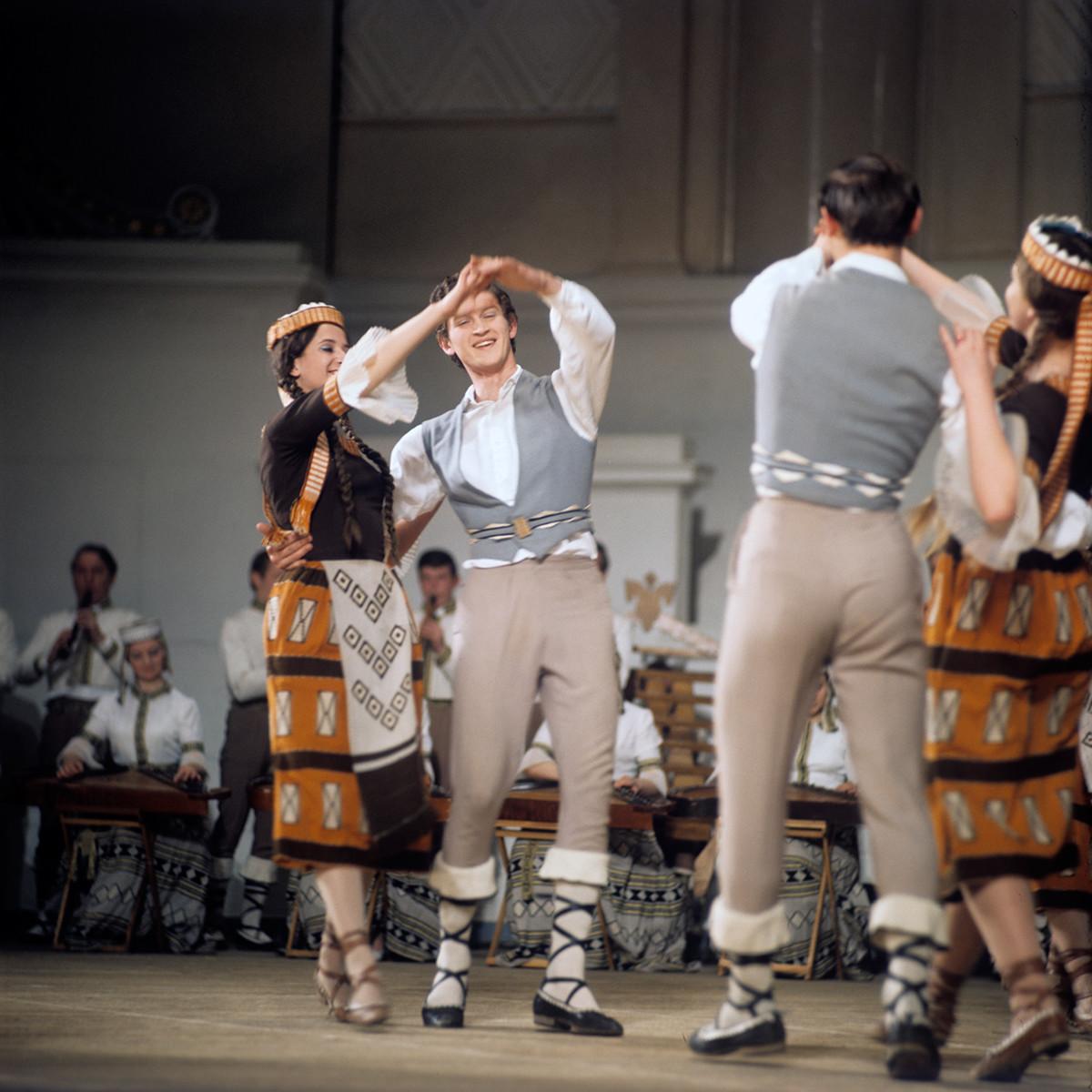 Artistes de l'Ensemble d'État de chant et danse traditionnels de la RSS de Lituanie « Letouva »