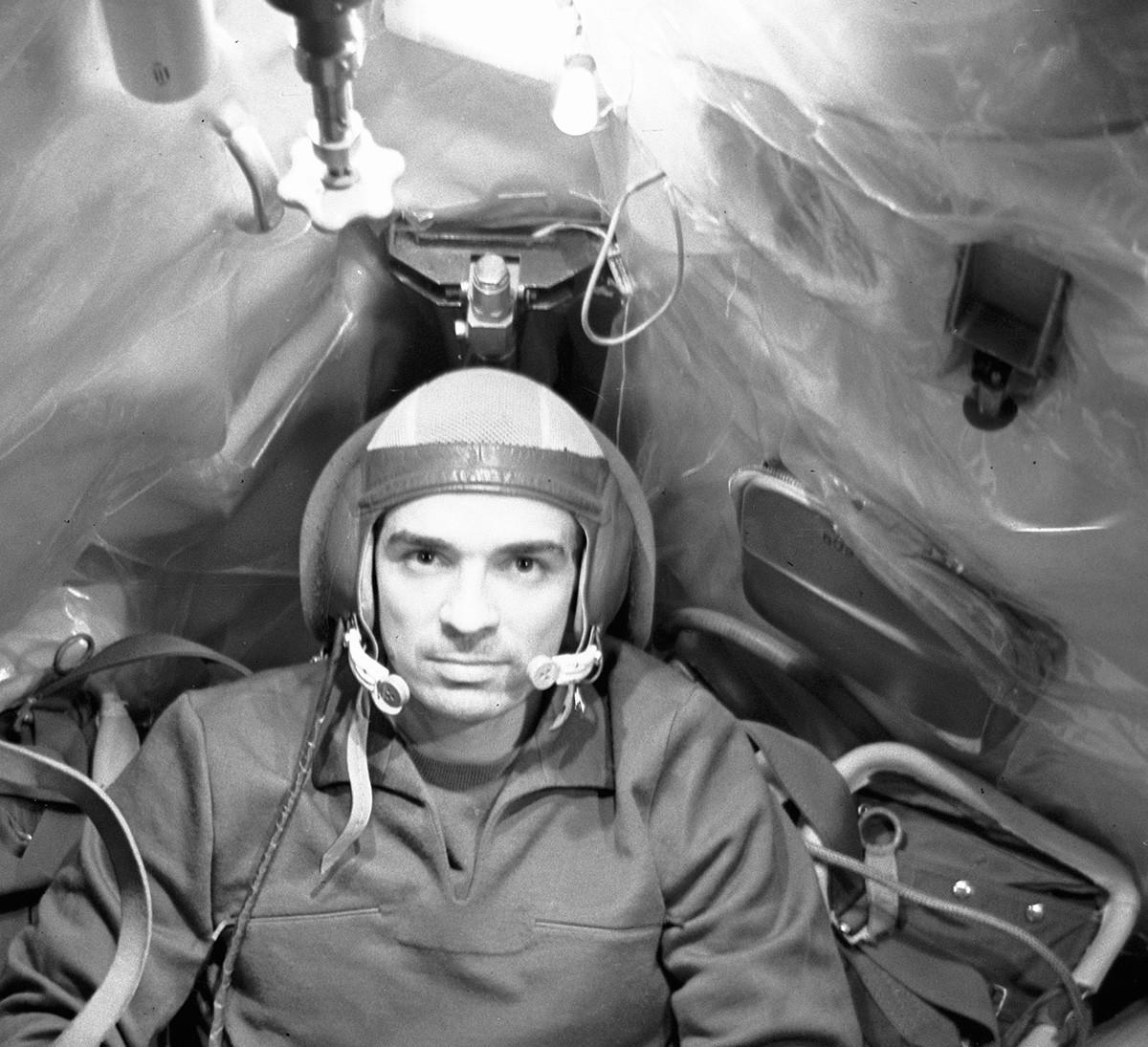 Viacheslav Zudov, el comandante de la nave espacial Soyuz-23, durante el entrenamiento en una nave simuladora.